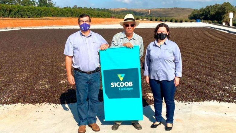 Equipe do Sicoob Crediagro visita cafeicultores